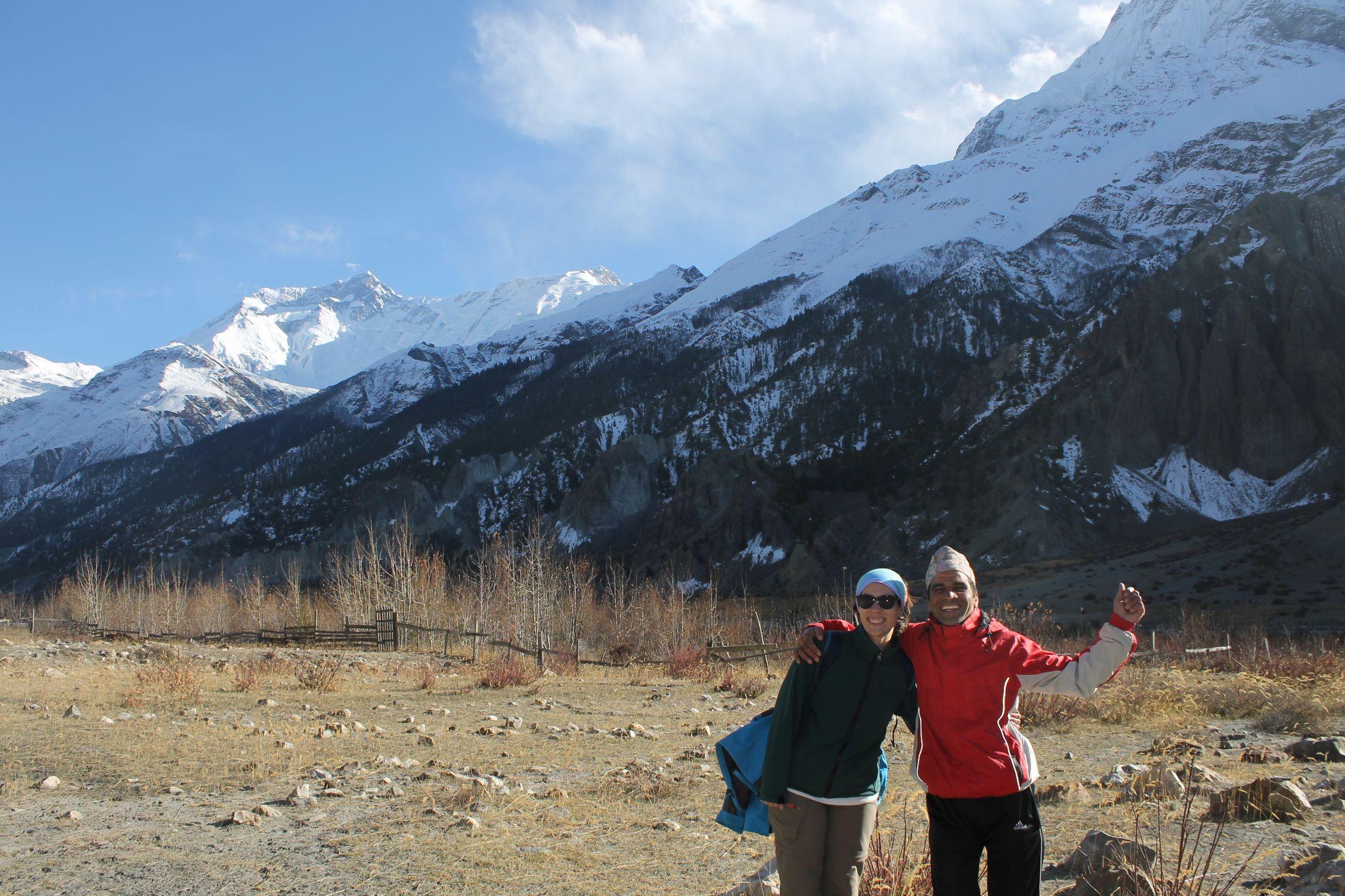 Con nuestro amigo Ramsa Sherpa que nos iba cantando canciones por el camino mientras llevaba 40 kg a la espalda