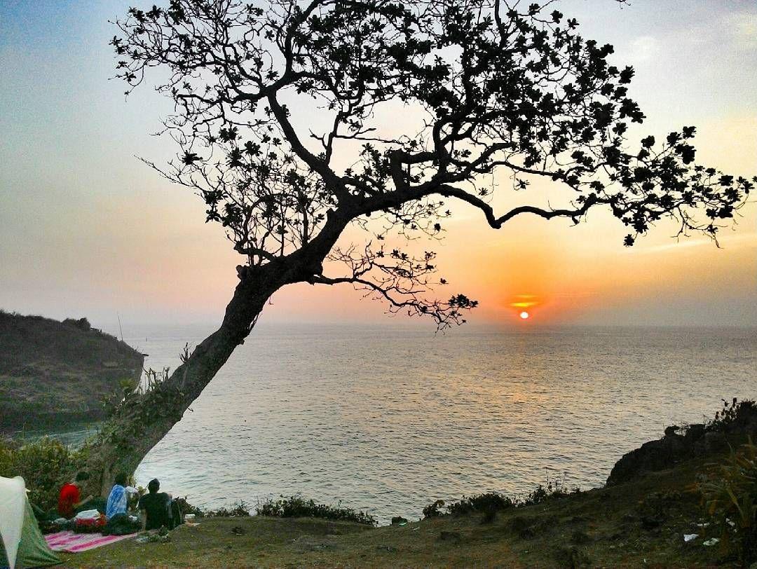 Pantai Tebing Yang Elok Dengan Pemandangan Yang Indah Langsung Menuju Birunya Laut Pantai Tak Berpasir Dan Berombak Hanya Berupa Pantai Di Pantai Pemandangan