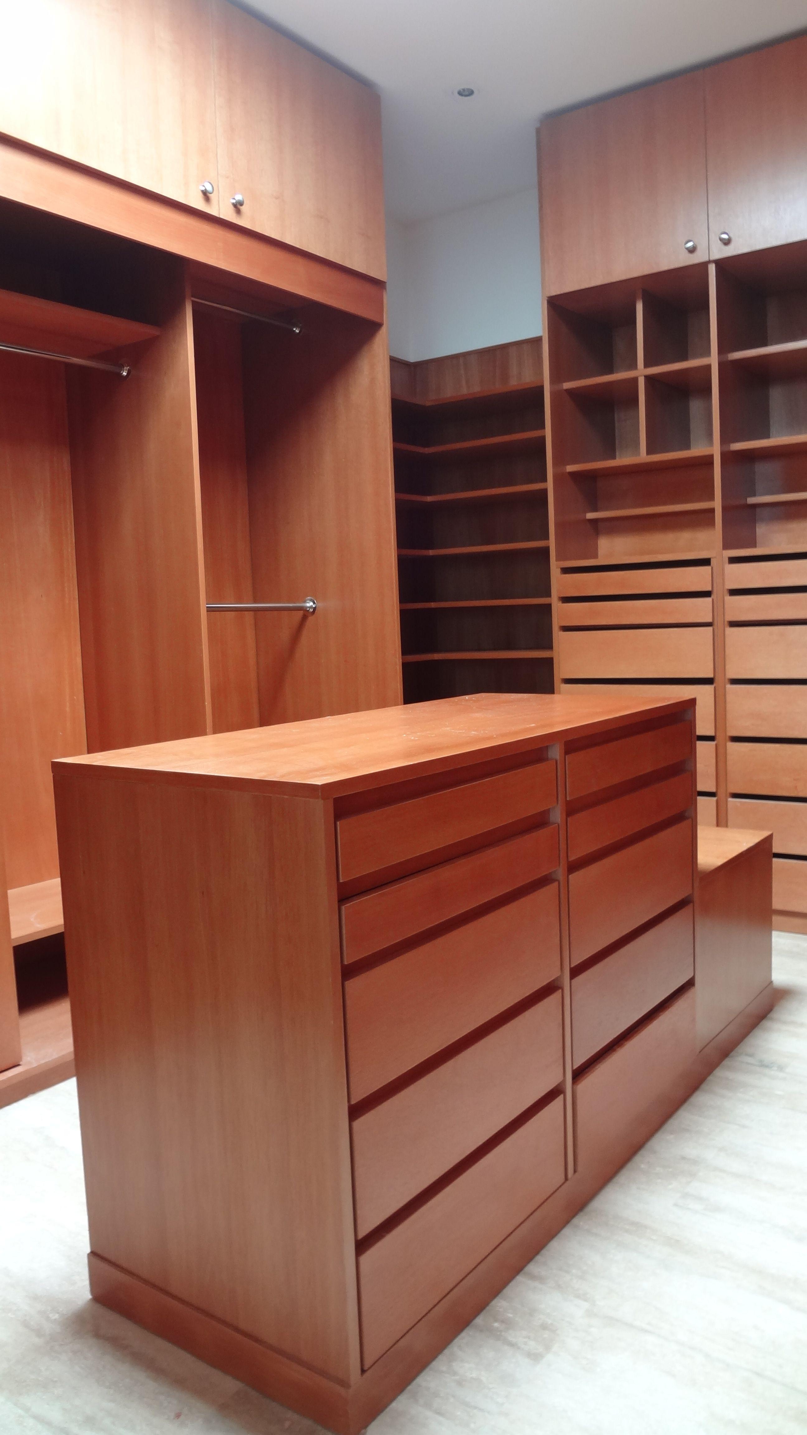 Vestidor en madera cedrillo con isla central y espacio for Closet de madera para zapatos