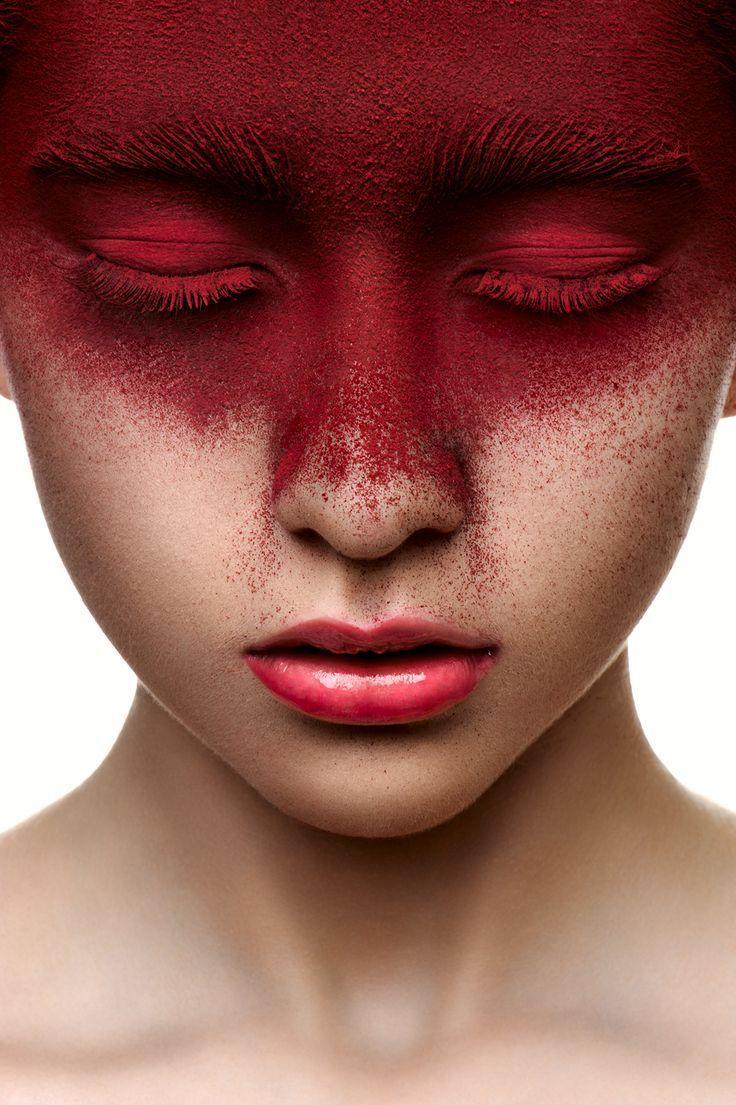 Couleur rouge de maquillage sur le visage de la beauté Fille avec des lèvres roses