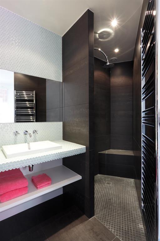 Black and white bathroom with a black italian shower | Salle de bain ...
