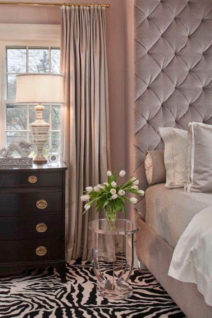 1-tete-de-lit-captionnée-et-tapis-zebre-dans-la-chambre-a-coucher ...