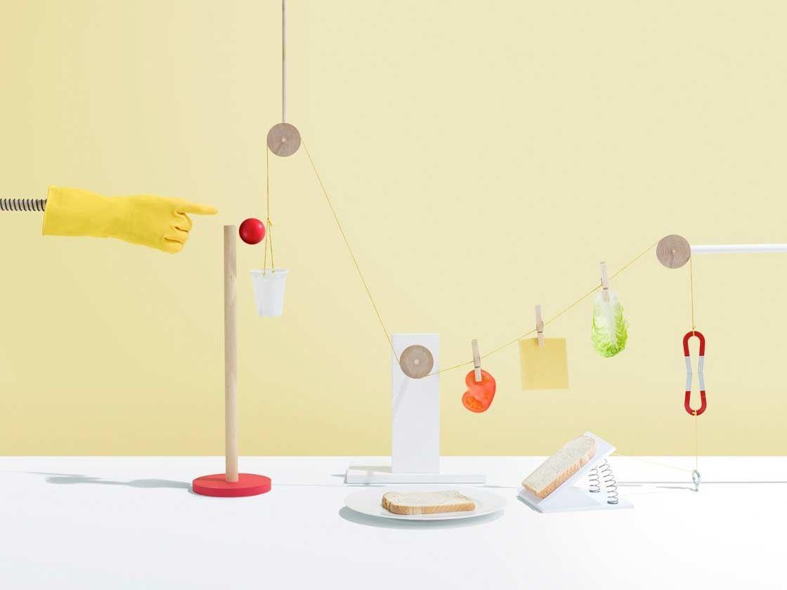 Rube Goldberg Machine-Stillleben - Fotografierte Kettenreaktionsmomente von Kyle Bean: https://www.langweiledich.net/rube-goldberg-machine-stillleben/
