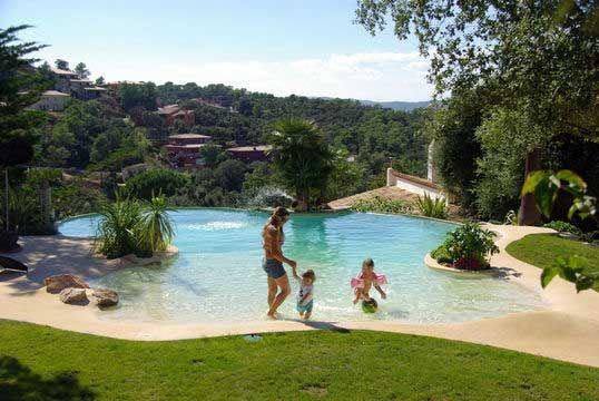 Piscine forme libre piscine paysagée avec plage immergée par Iloé ...
