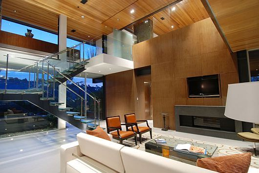 In this luxury house with stunning view in hollywood hills there are three contamporary bedrooms and