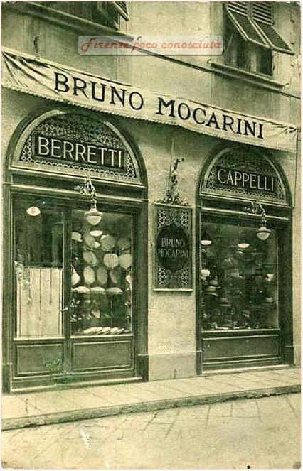 Bruno Mocarini negozio di berretti, la mostra è in legno lavorato, insomma una cosa di buon gusto
