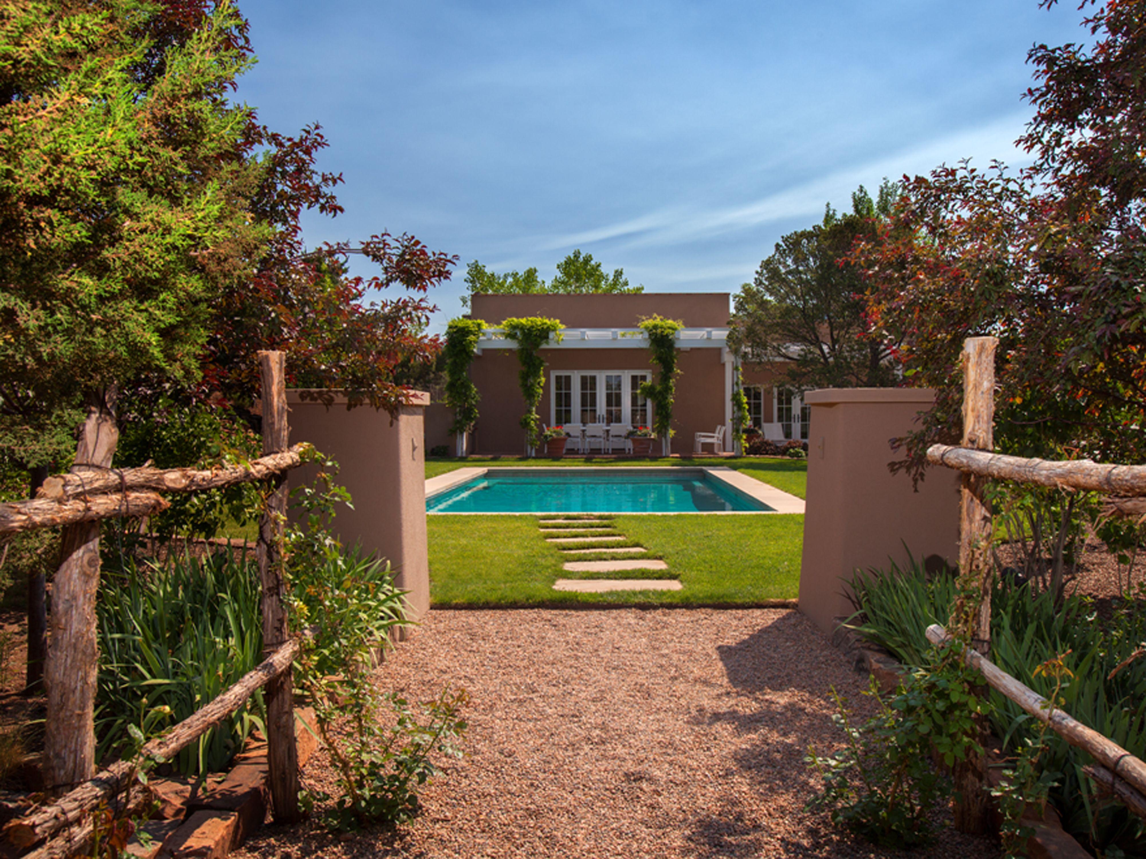 Step Inside A Stunning Adobe Home In Santa Fe New Mexico Homes Santa Fe Home Adobe House