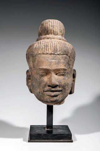 Tête de Shiva aux cheveux tressés maintenus en un chignon jatamukuta bombé  maintenu par un anneau
