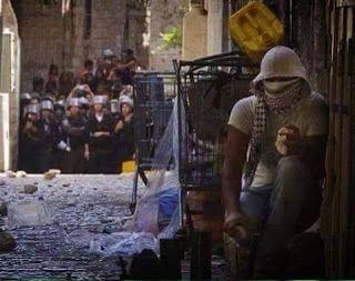 حاصر حصارك بالجنون و بالجنون ذهب الذين تحبهم فإما أن تكون أو لاتكون ... هنا فلسطين ...
