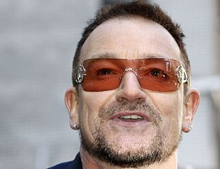 0cbc79c433 Bono se caracteriza por llevar casi siempre las mismas #gafas de sol.  ¿Sabes cuáles son? Te lo desvelamos: Bono siente predilección por las Emporio  Armani ...