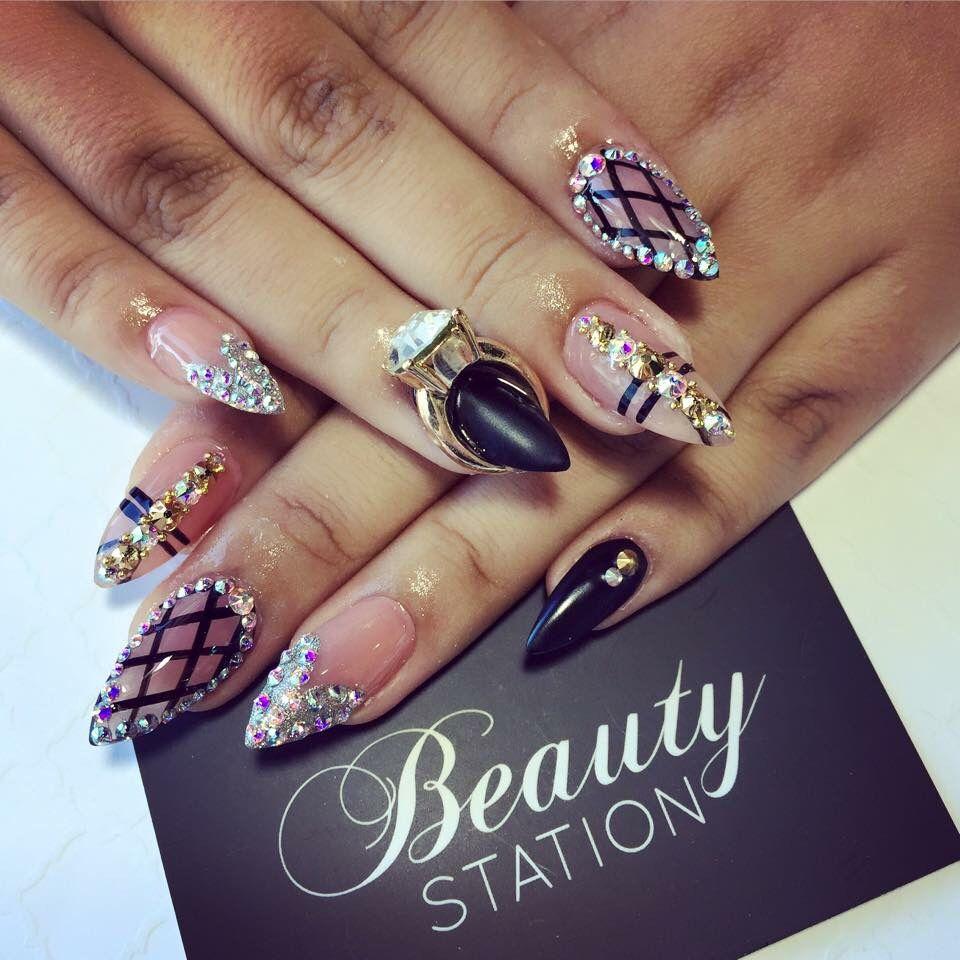 Uñas negras con piedras | Uñas negras, Uñas, Cristales