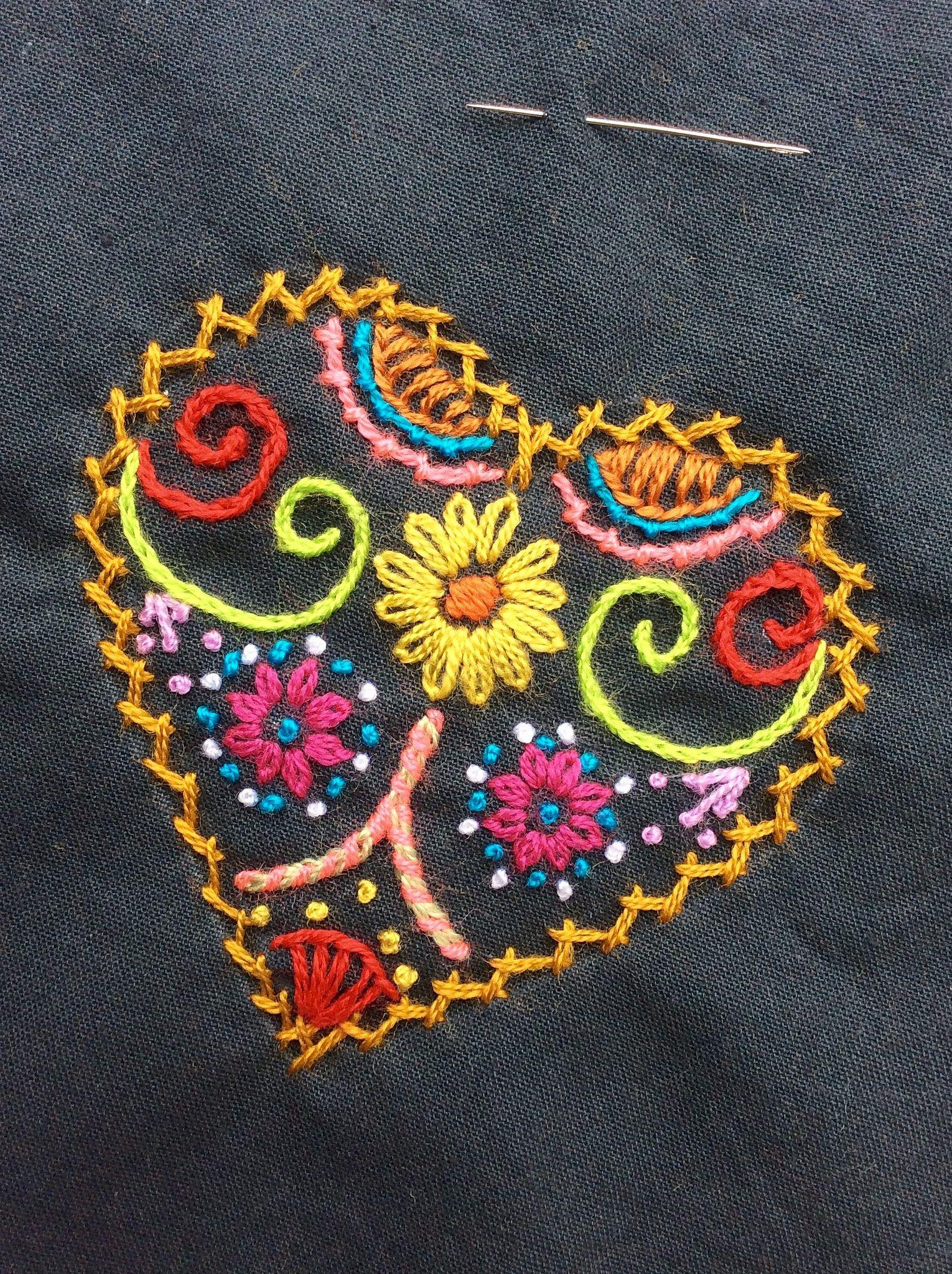 Corazón bordado con lanitas acrílicas, estilo sedalina
