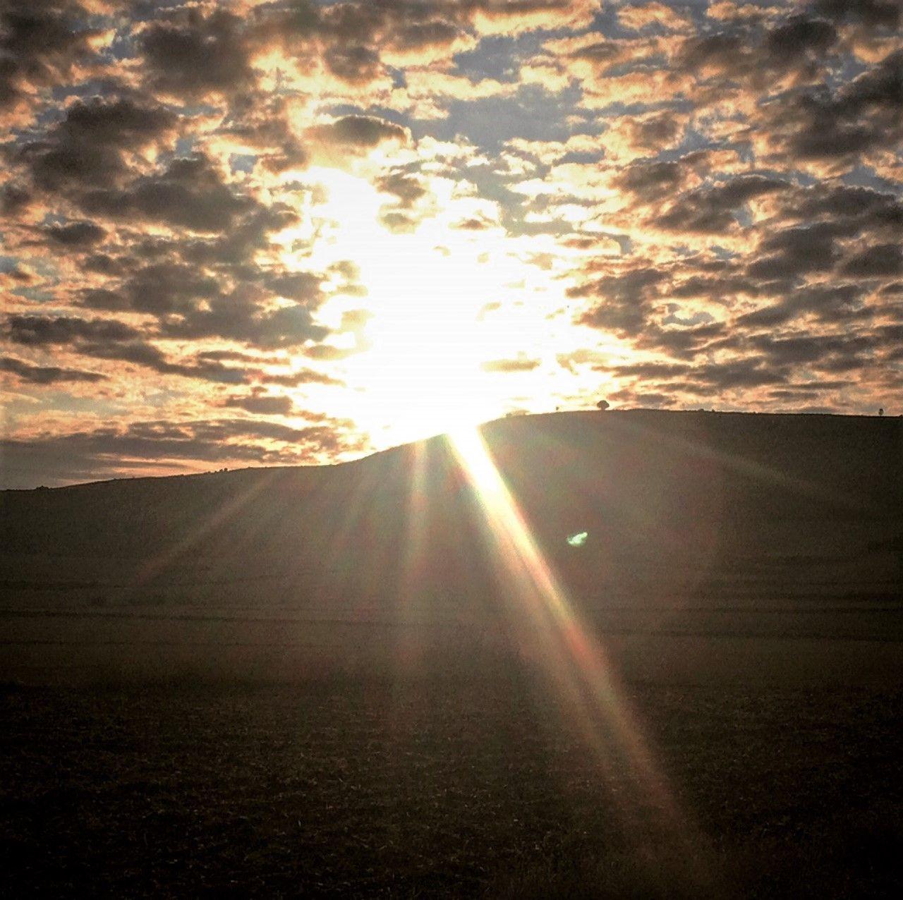 Amanecer Bélico Entre El Sol Y Las Nubes En Campos De Castilla Quién Reinará Hoy En El Universo De 4 Villas De Amaya Campos De Castilla Viajes Nubes