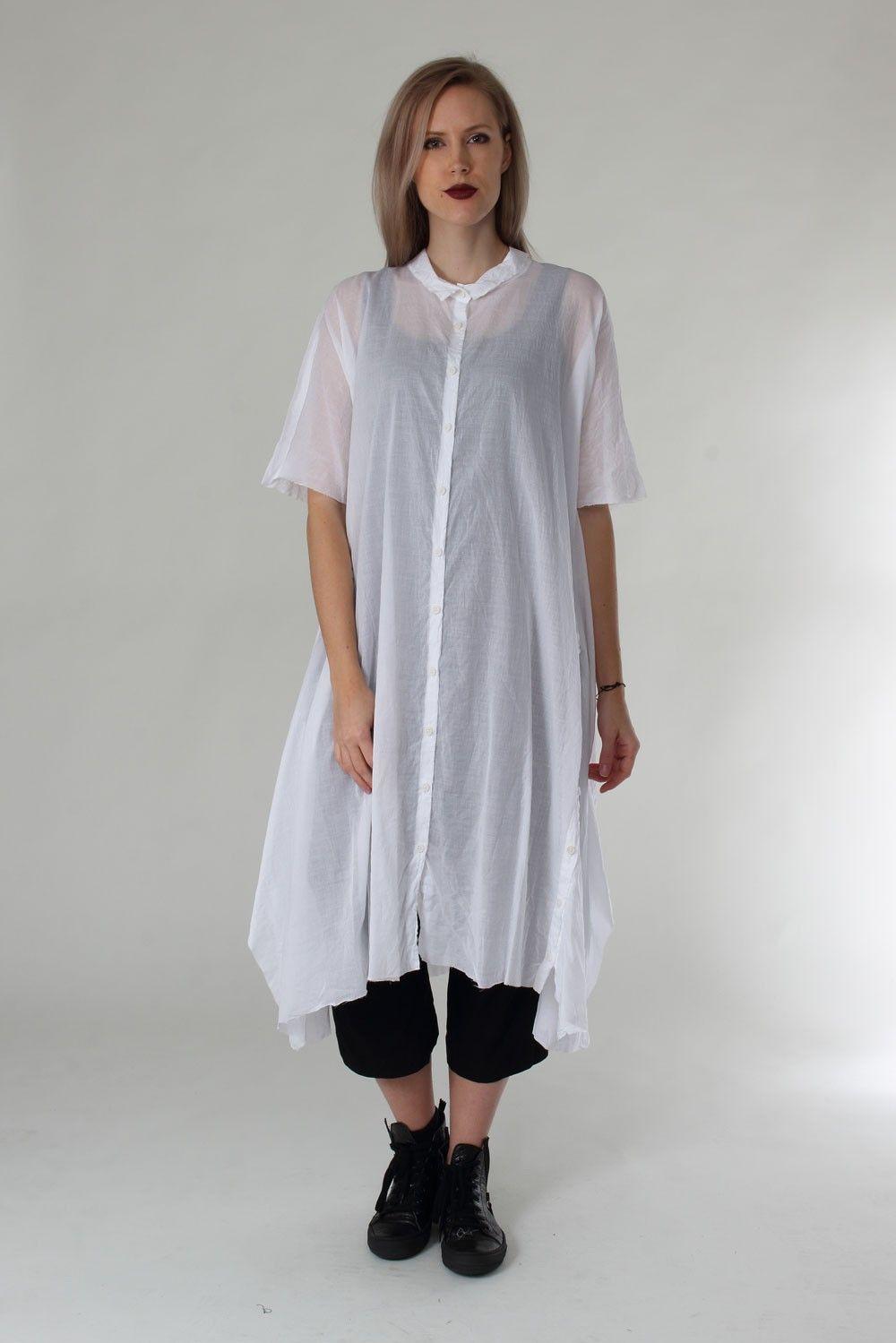 1161350906: Lange oversize Bluse mit Zierknopfleiste links in weiß von Rundholz. Details: - Weit geschnitten, nach unten weiter ausgestellt - Zierknopfleiste