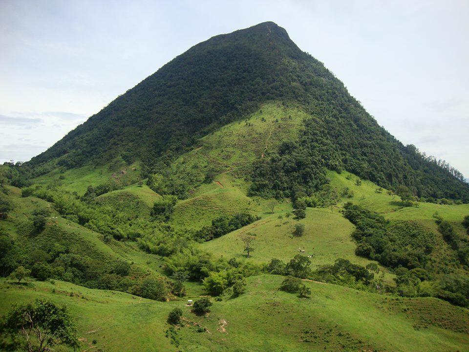Tema: libre.  Título: El imponente Cerro tusa en todo su esplendor. Lugar: Venecia, Antioquia.  Fotografía: Wilson Vélez