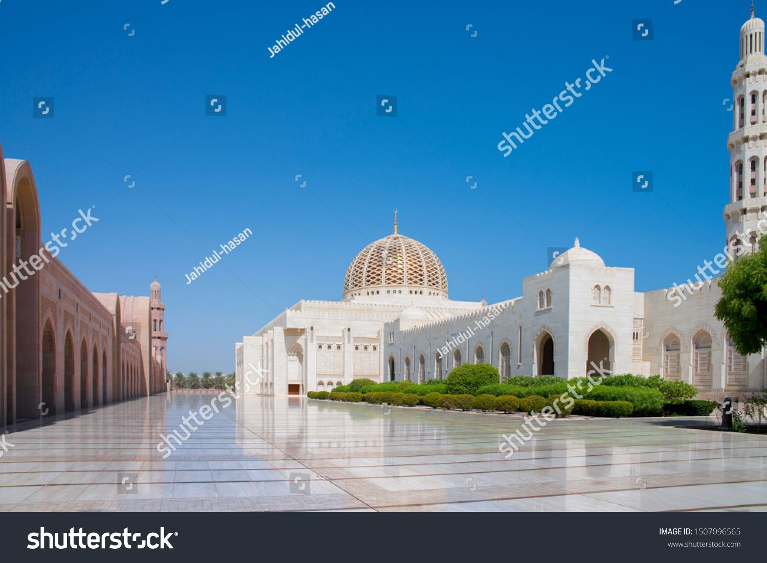 Sultan Qaboos Grand Mosque Is The Main Mosque In The Sultanate Of Oman Located In The Capital City Of Mu Sultan Qaboos Grand Mosque Grand Mosque Sultan Qaboos