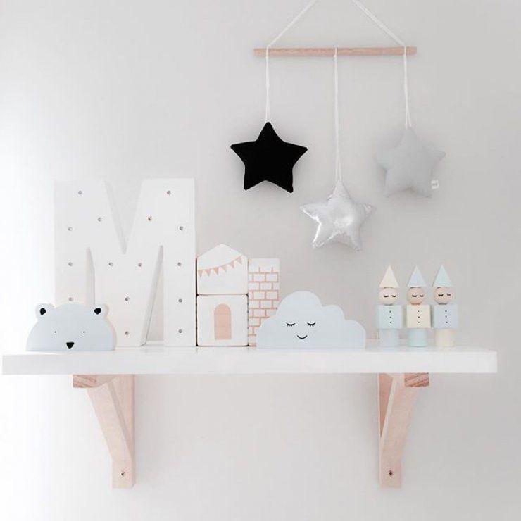Un hermoso diseño para la estantería de la habitación de los peques y además muy fácil de replicar en casa