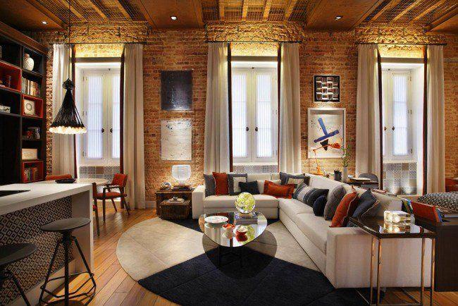Un salon moderne et élégant avec un mur en briques effet rétro