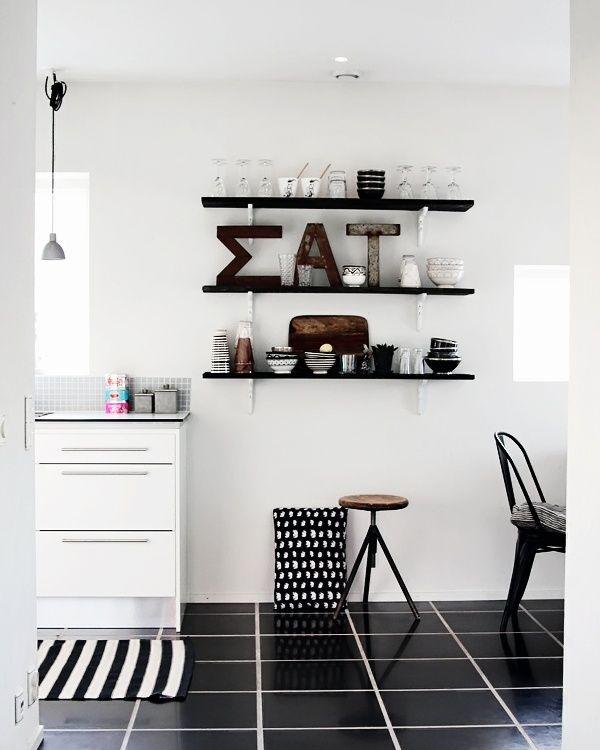 schwarzer Boden mit weißen Fugen, offene Regale in schwarz-weiß - wohnen schwarz wei