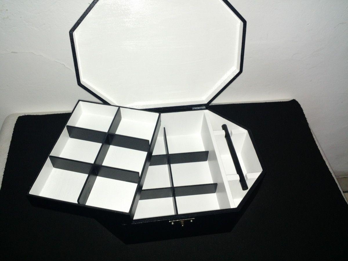 Porta Jóias Preto e Branco com Borboletas  com duas camadas.    Material: Mdf  Cor: Preto e branco    *Preferindo outras cores ou temas, consulte-nos