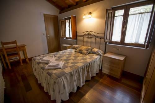 Apartamentos Asturias La Plaza Apartamentos Asturias is located in Carrea, 30 km from Oviedo. Avil?s is 47 km from the property.  All units include a flat-screen TV. There is also a dining area and a kitchenette equipped with a microwave.