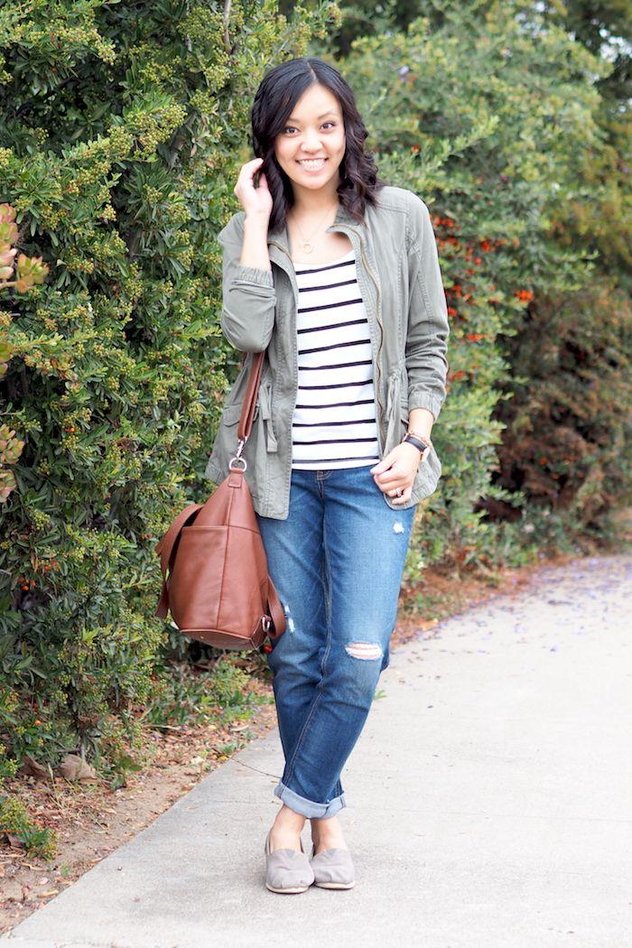 jeans dobrado, t-shirt listrada, parka e bolsa neutra: produção básica, casual e confortável