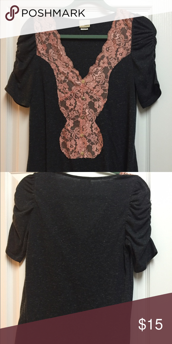 Buckle brand ruched sleeve tee Buckle brand, excellent condition, super flattering Buckle Tops Tees - Short Sleeve