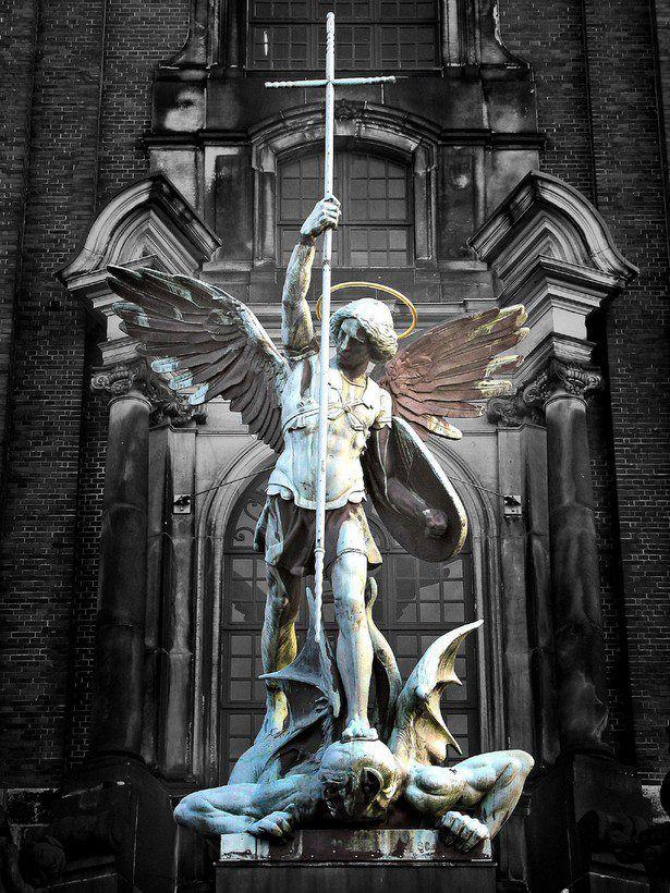 A vitória de Arcanjo Miguel sobre o Diabo, escultura acima da entrada principal na Igreja de São Miguel, Hamburgo