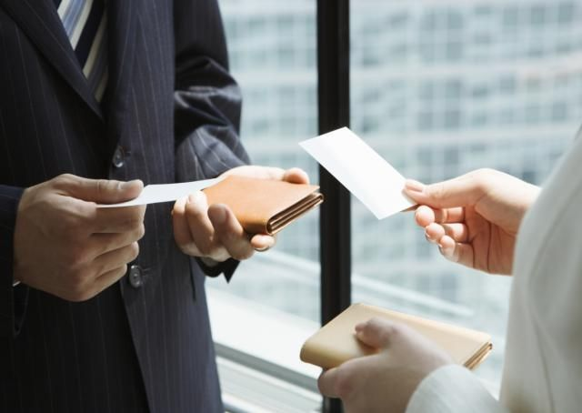 How to behave personally and professionally 12 tips for exchanging business cards colourmoves