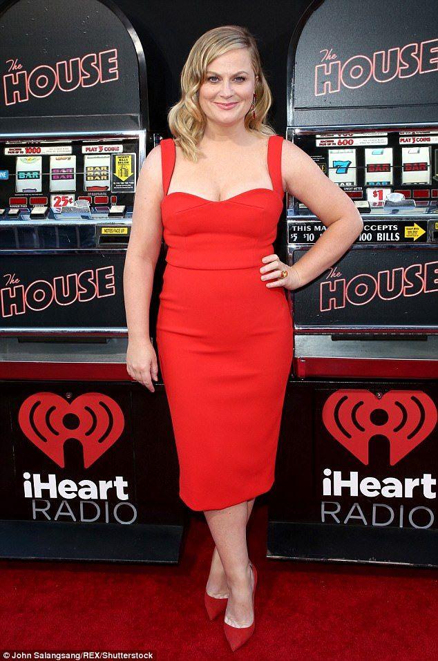 78ece8a95a8 Amy Poehler étourdit dans robe rouge moulante à la première du film ...