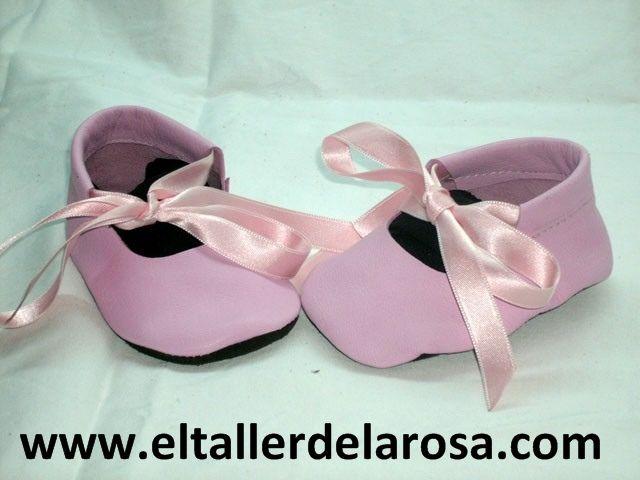 Patucos de bebé fabricados artesanalmente en auténtica piel de las mejores calidades. Una merceditas rosa con una cinta de raso muy dulce. http://www.eltallerdelarosa.com/patucos-de-bebe/61-patucos-de-bebe-merceditas-rosa.html