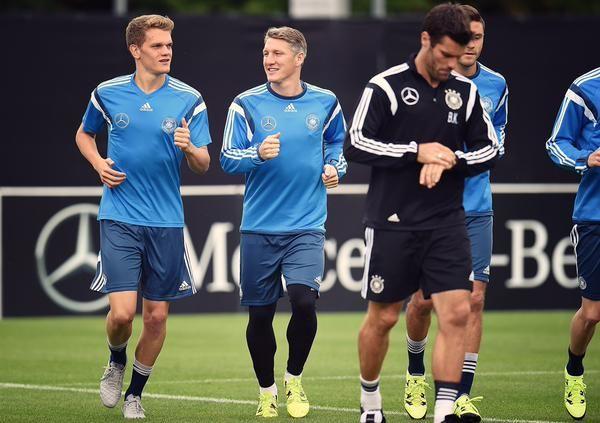 """MercedesBenzFußball บนทวิตเตอร์: """"In Frankfurt beginnt für das @DFB_Team die Vorbereitung auf das Spitzenspiel der EM-Quali gegen Polen. #GERPOL http://t.co/NrhXfuOsxn"""""""