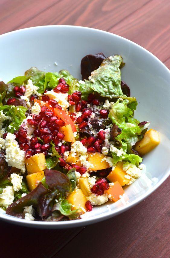 Winterlicher Salat mit Kaki, Granatapfel und Feta
