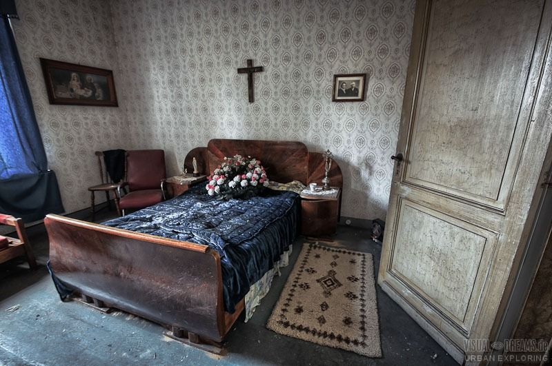 Lost places: Altes Schlafzimmer in einer maroden Villa, Fotografie ...