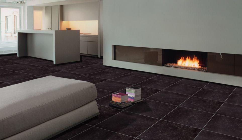 Moderne en luxe woonkamer, met strakke, zwarte tegels. | Woonkamer ...