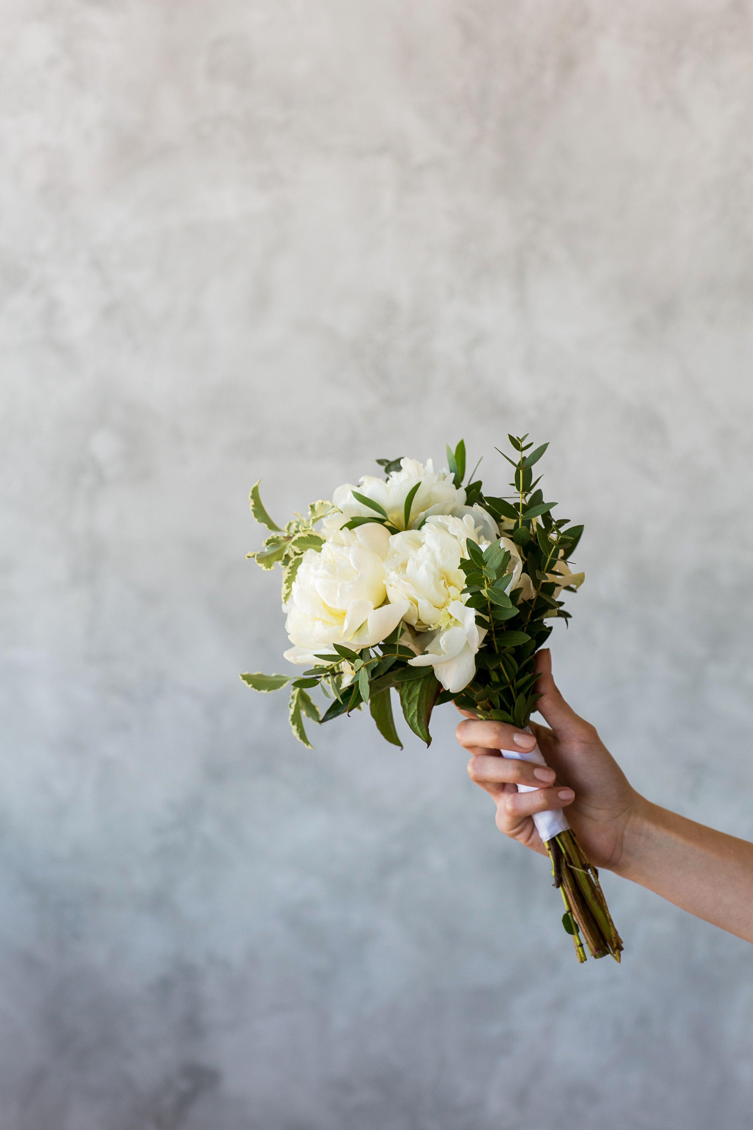 f580e71c9b80f47 Стильный утончённый изысканный нежный светлый маленький свадебный букет  невесты из пионов, питтоспорума и эвкалипта