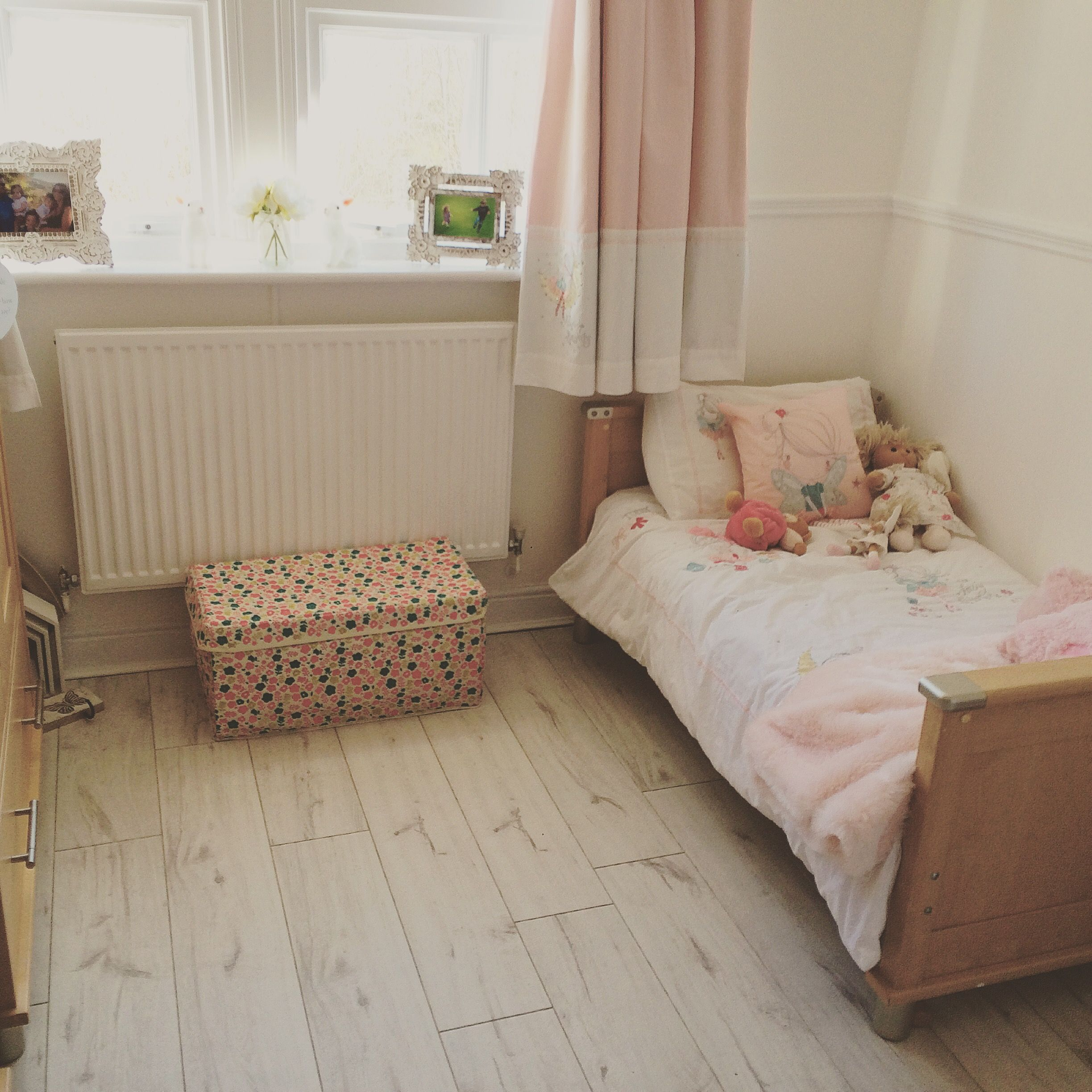 Fitting white laminate flooring in a child's bedroom