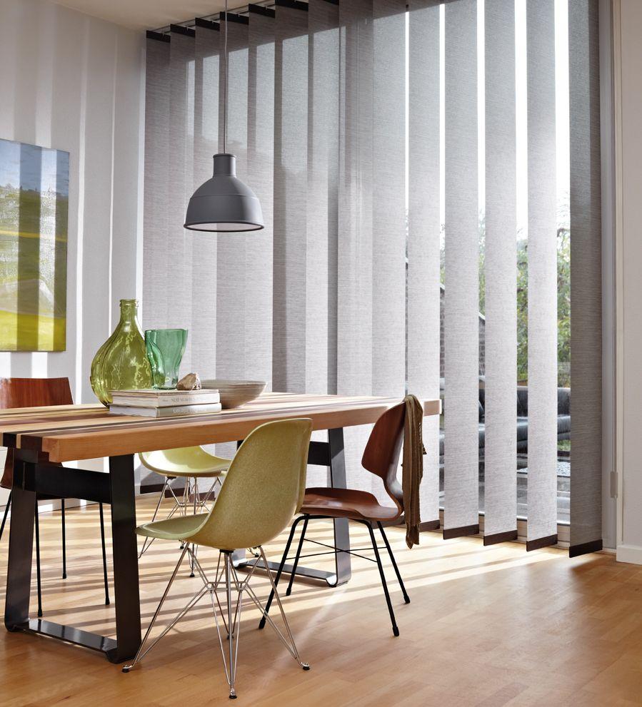 Vertikalios žaliuzės virtuvės kambario langų dekoravimas