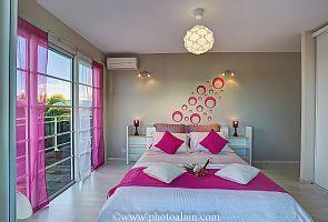 Location vacances villa Sainte-Anne: chambre 4 rose lit 160