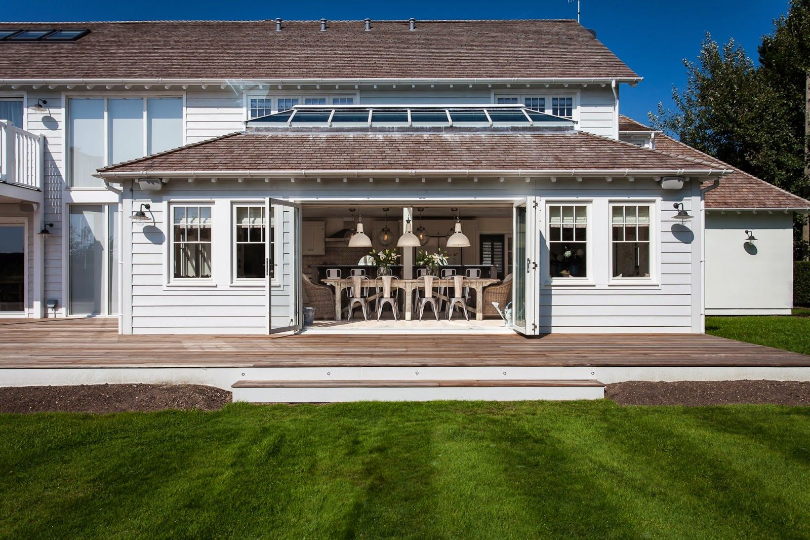 Keltainen talo rannalla: Rustiikkia, modernia ja teollisuustyyliä