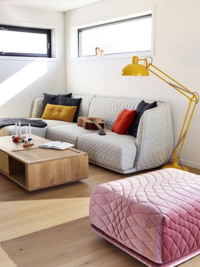 kleines wohnzimmer einrichten pastellfarben gelbe stehlampe weißes - sofa kleines wohnzimmer