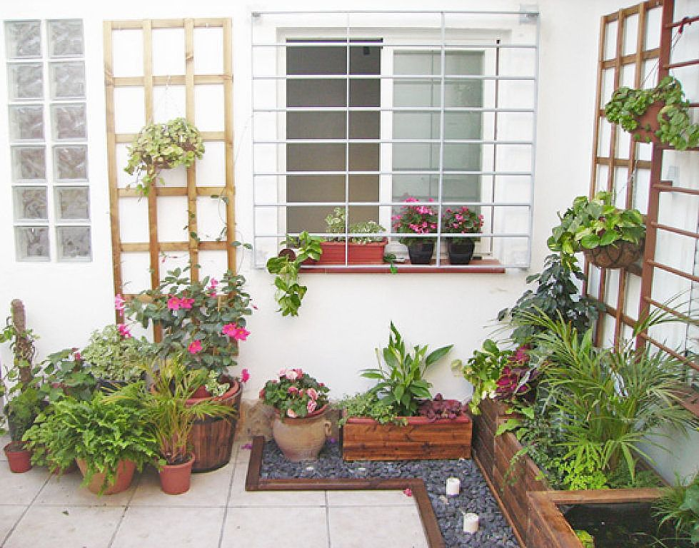 Patios interiores modernos peque os buscar con google for Decoracion jardines modernos