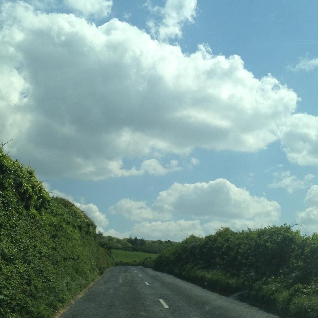"""#InstagramELE #cielo  Hace algunos años escuché por primera vez una canción italiana que se llama """"El cielo de Irlanda"""" (Il cielo di Irlanda) de Fiorella Mannoia. En ella describe la variedad de cielos que puedes ver en Irlanda. Y es verdad que el cielo de Irlanda tiene algo especial. De vuelta por unos cuantos días  @amartinbosque"""