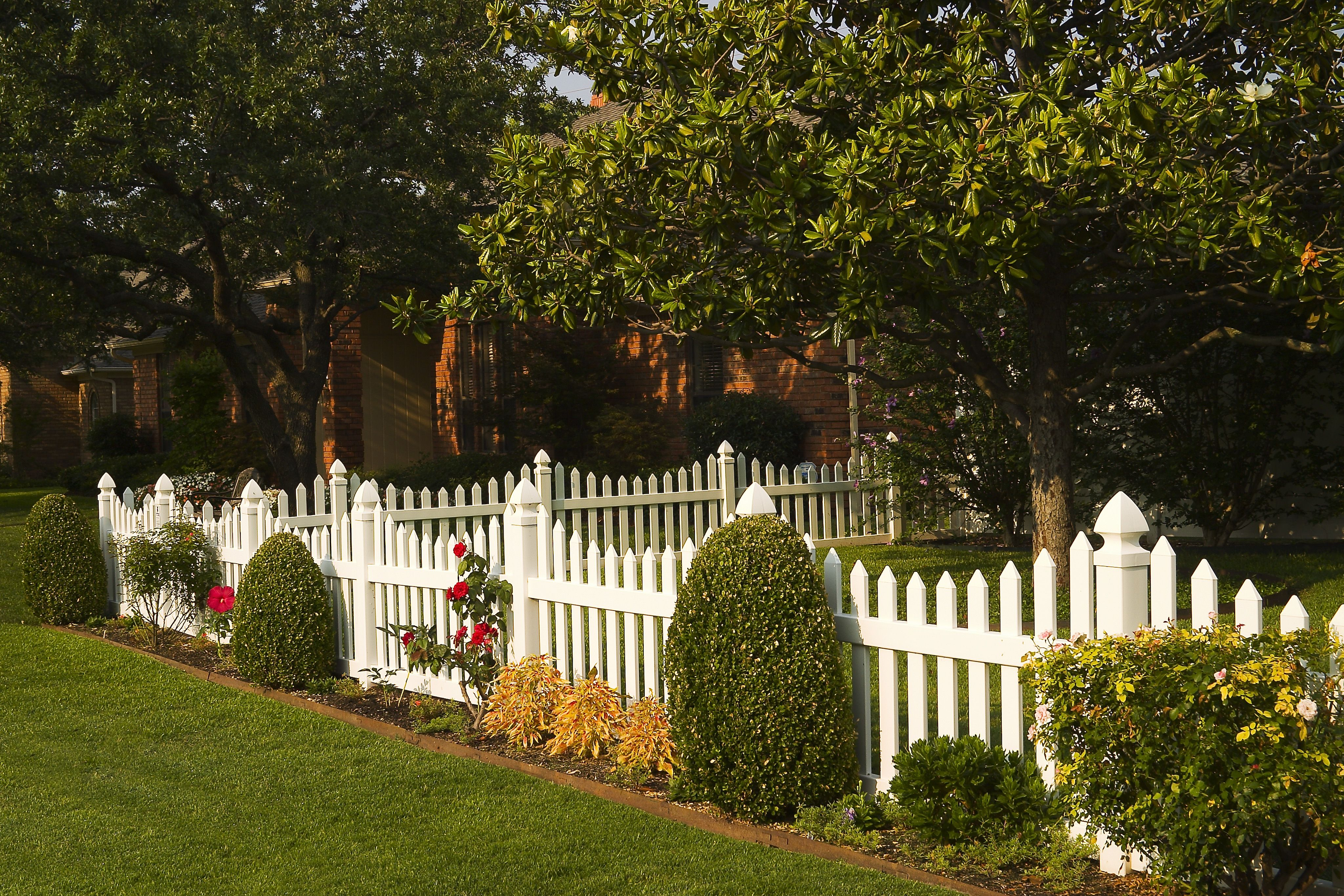 brown vinyl picket fence. white vinyl scalloped picket fence. maintenance free future outdoors 972-576 brown fence