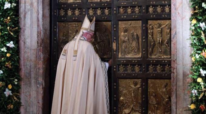 El Papa cierra la Puerta Santa de la Basílica de San Pedro. Foto: Daniel Ibáñez / ACI Prensa