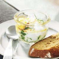 Eier im Glas mit Spinat und Ricotta