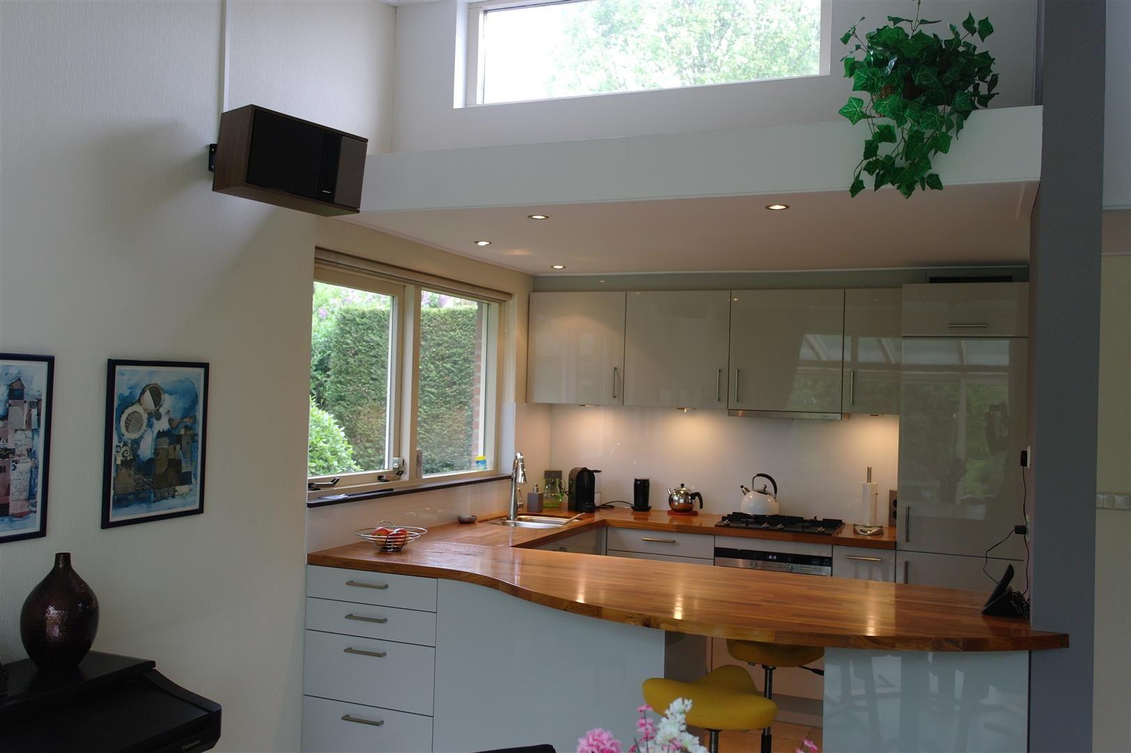 Hoogglans gelakt schmidt keuken met massief teak houten werkblad