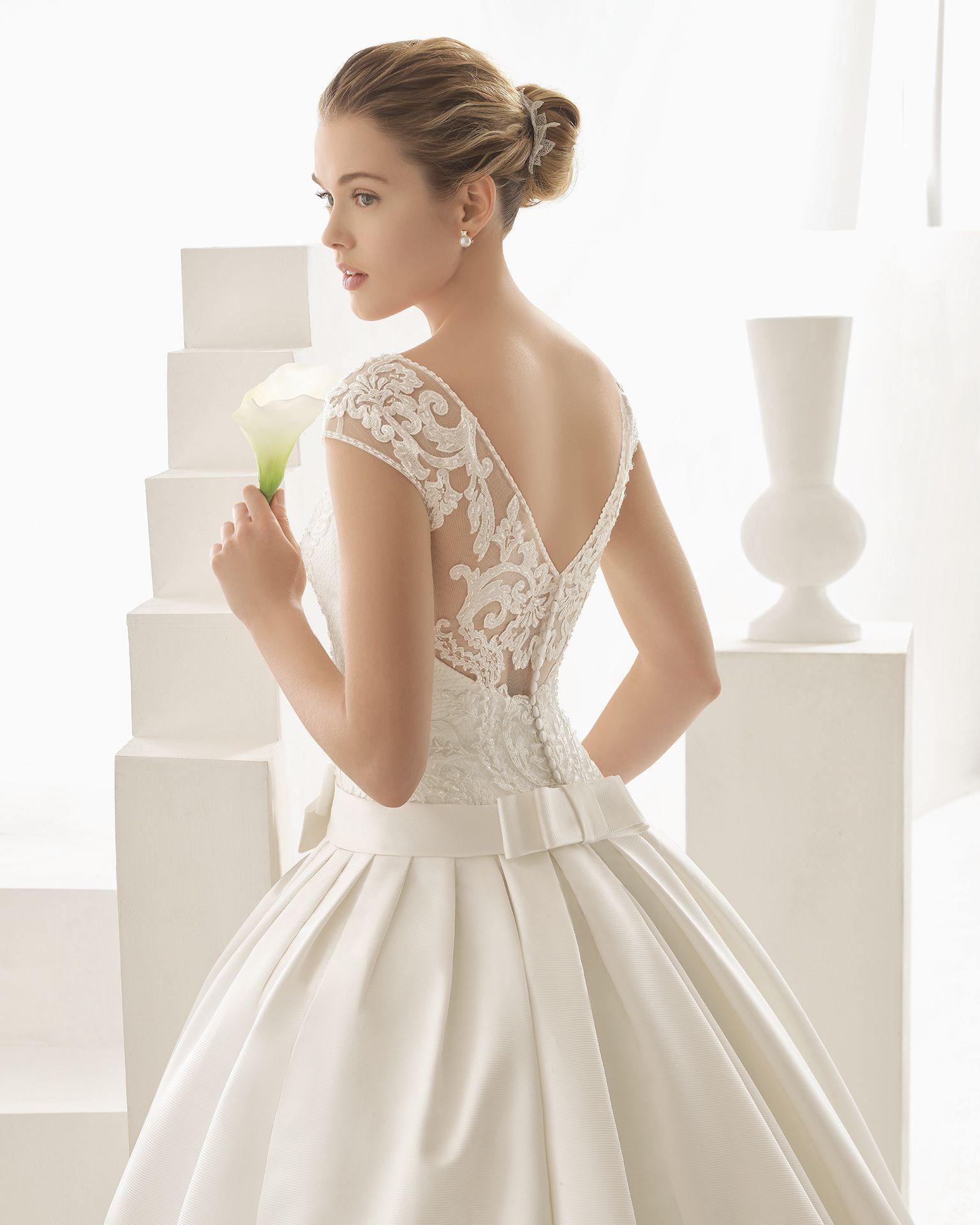 ORESTE traje de novia de encaje y pedrería y falda de raso duquesa.
