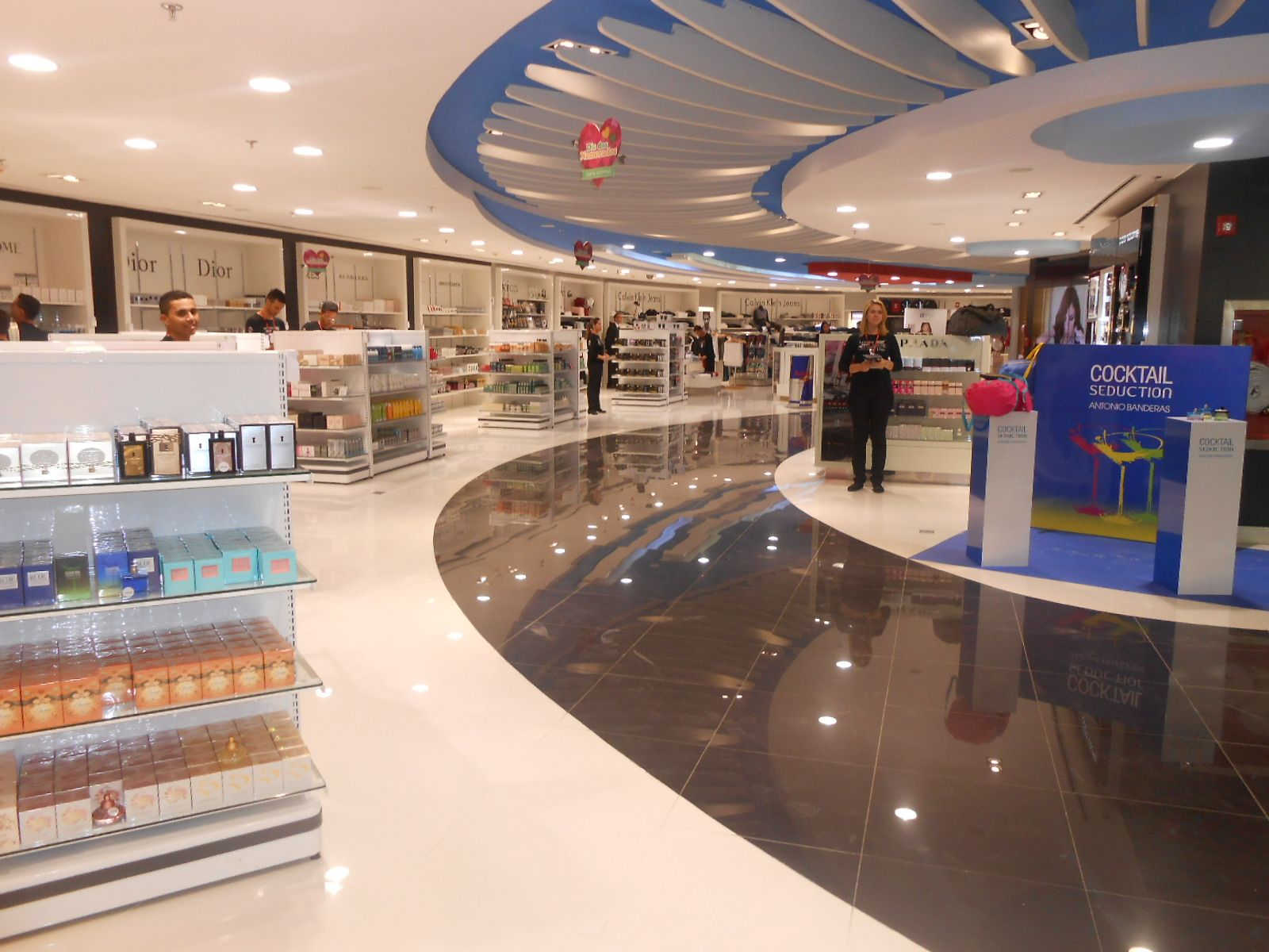 Mostaza Design | Dufry | Brasilia | Duty-free shop | #retaildesign #mostazadesign #dufry #interiordesign #interiors #retail #dutyfree #travelretail #perfumery