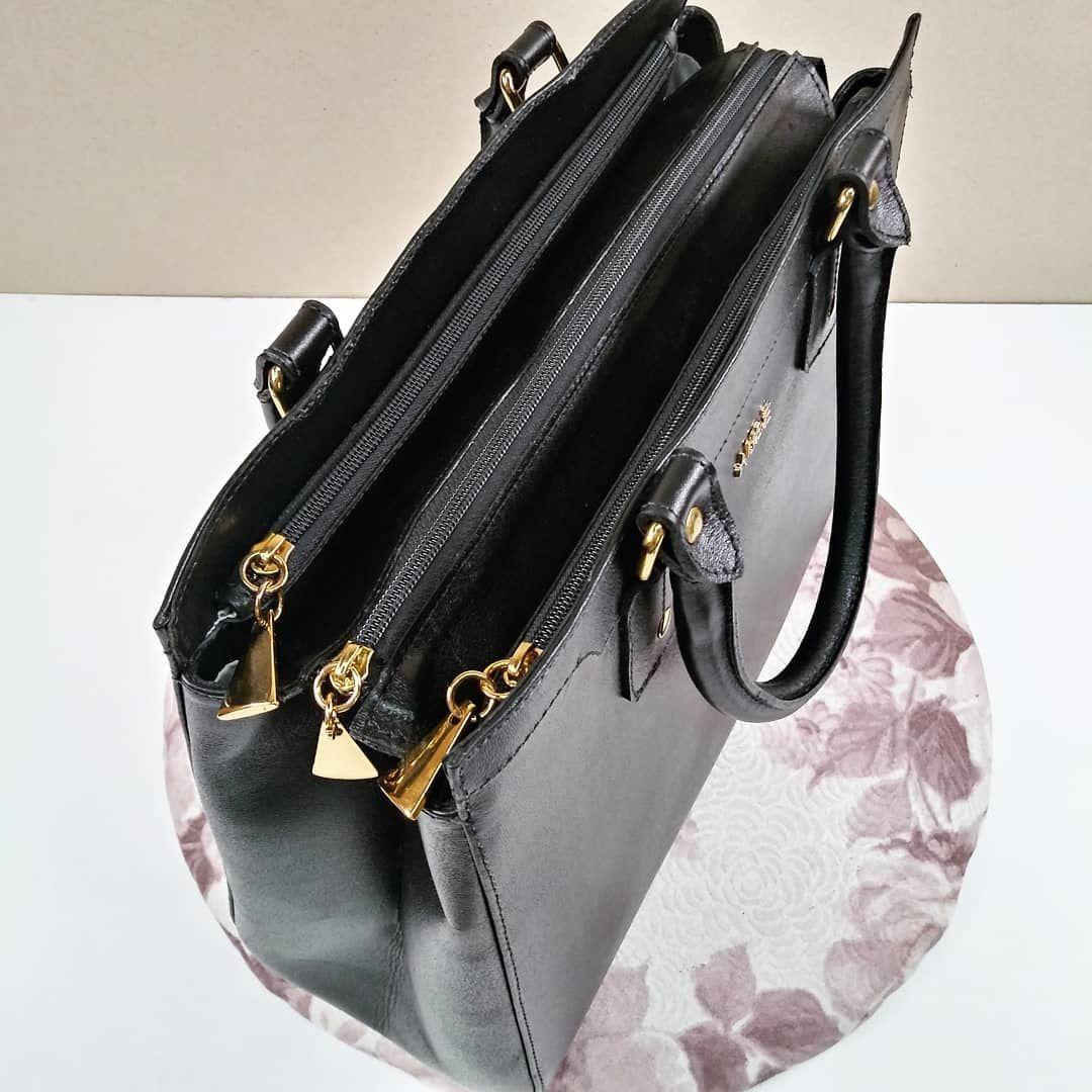 aba24ee2c A bolsa Simone de couro possui três compartimentos maiores com fechamento  por zíper e ainda mais
